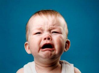 Ребенок маленький плачет